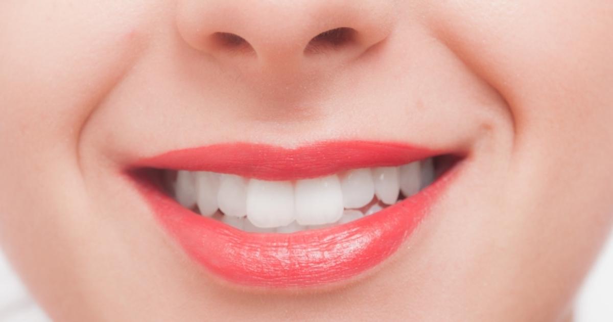 にっこり歯を見せる女性